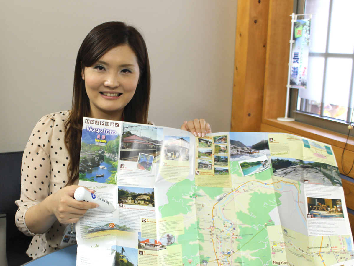 専用ペンとパンフレットを持つ保泉友美さん