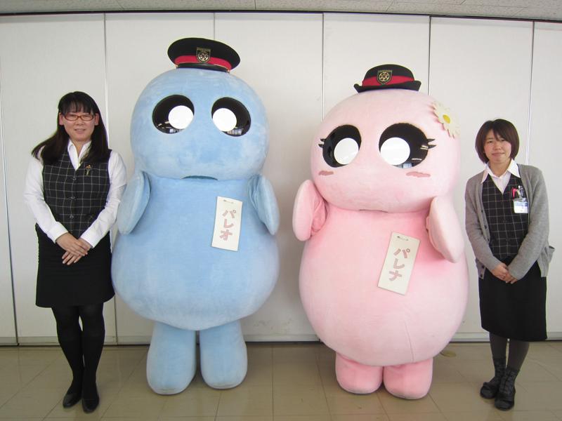 企画部の小林和世さん(左)と酒井明子さん(右)とSLパレオエクスプレスのオリジナルキャラクター「パレオくん」と「パレナちゃん」