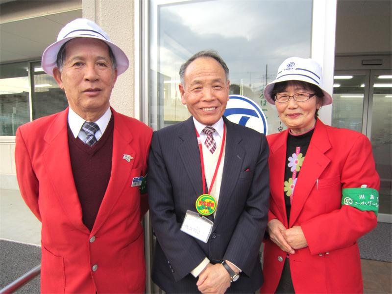 佐久間正二 副理事長(中央)と観光ガイドの櫛下町隆介さん(左)、柴田三枝さん(右)
